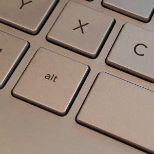 Der Ausschnitt einer Computertastatur mit der alt-Taste